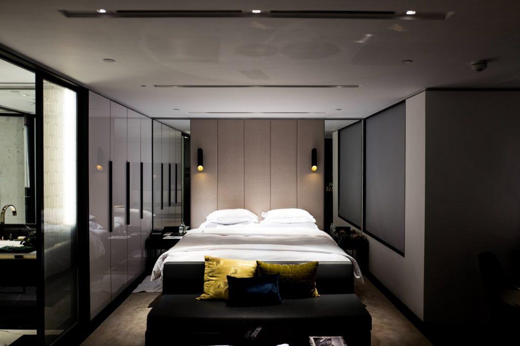 chambre décorée dans des tons foncés